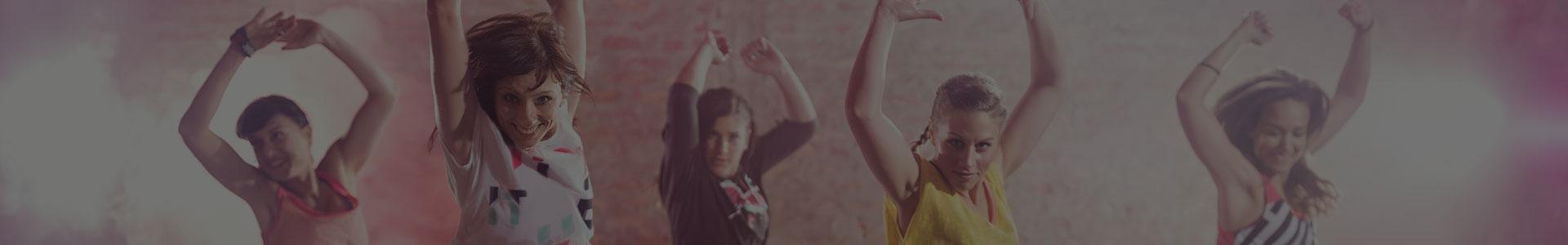 Kobiety tańczą razem